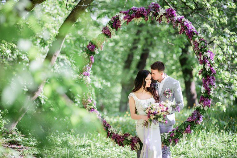 Coppia di sposi in un parco