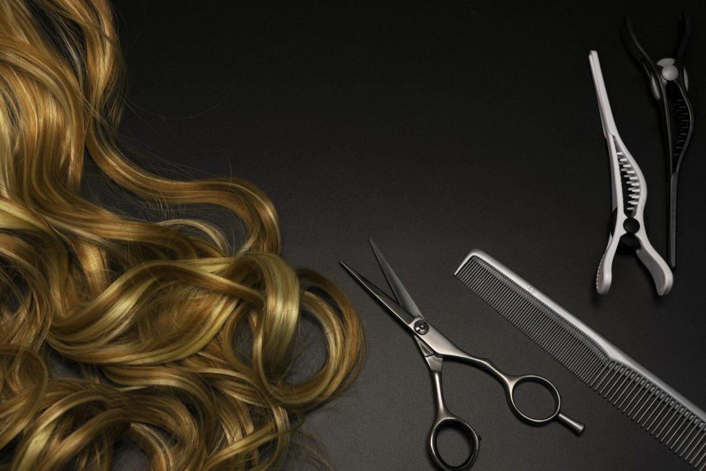 accessori per capelli pettine e forbice