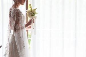 donna vestita da sposa alla finestra