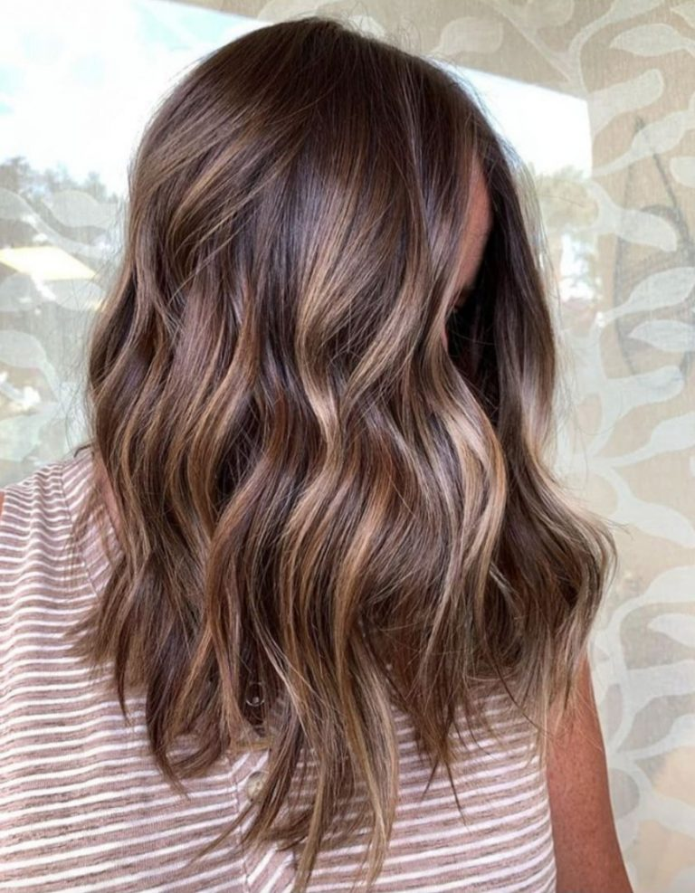 capelli ondulati castani