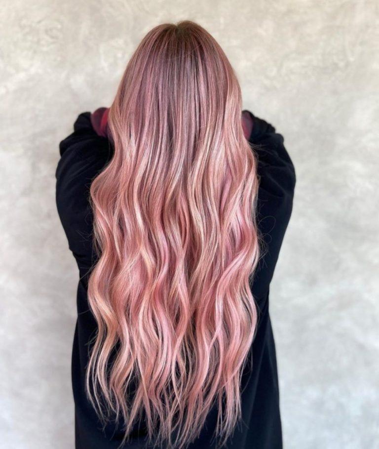 capelli lunghissimi rosa mossi
