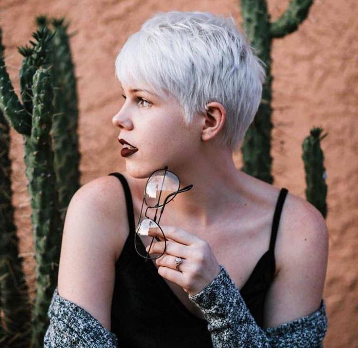 donna giovane capelli grigi corti