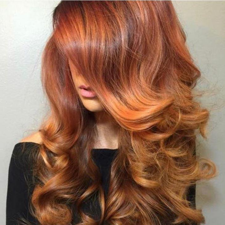 donna con capelli rossi lunghi colore trendy