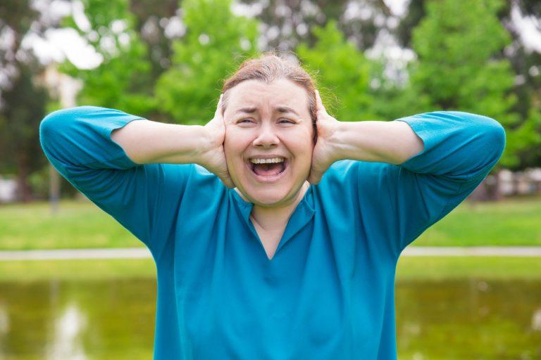 Donna stressata che urla in menopausa