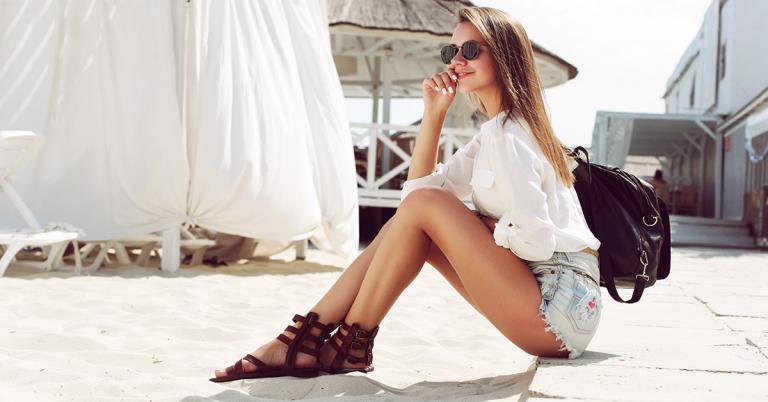 donna in spiaggia che prende il sole