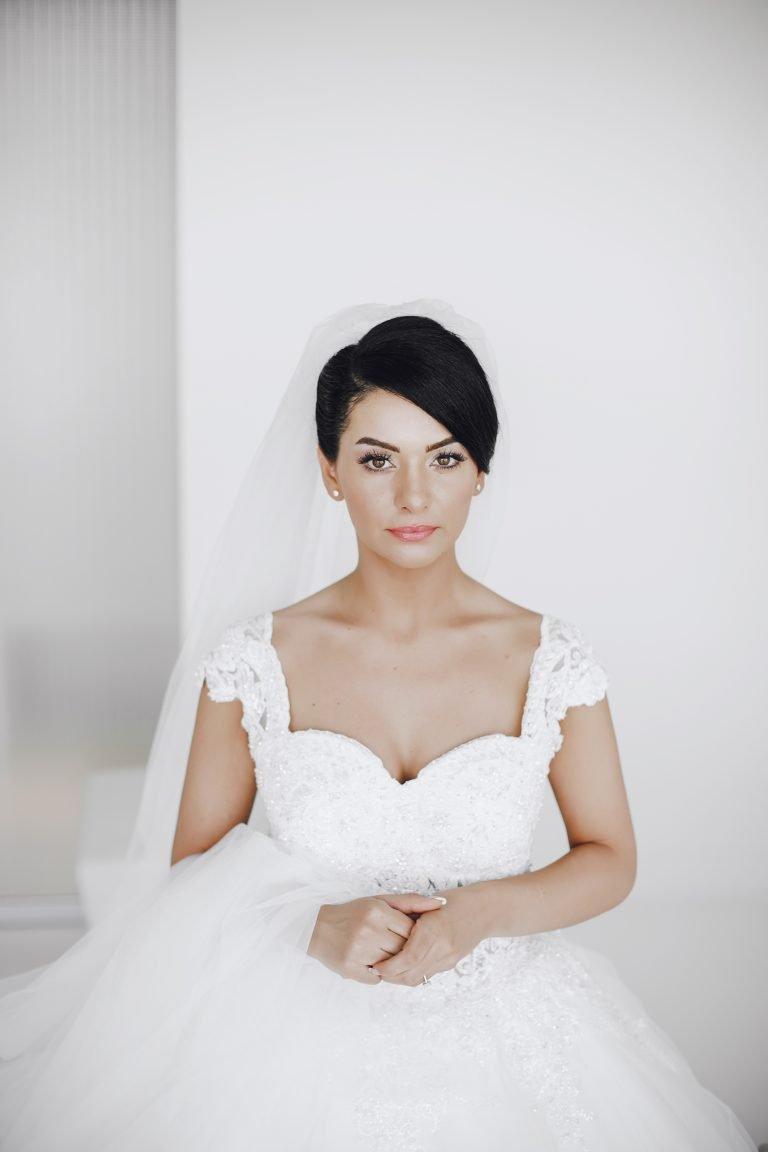 sposa seduta con capelli scuri