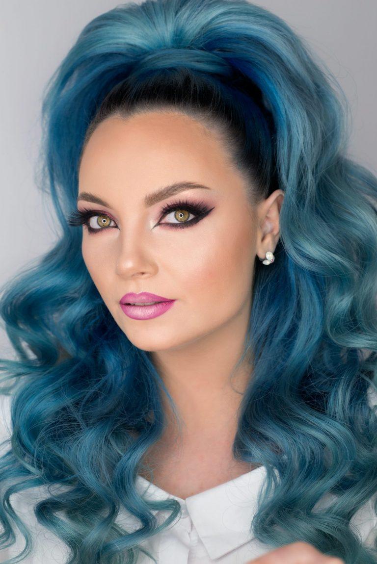 donna con capelli blu
