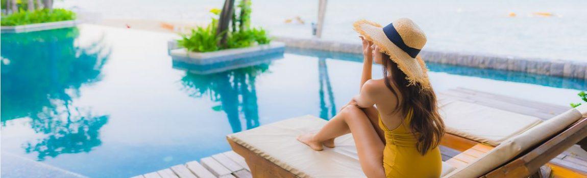 donna con cappello in piscina
