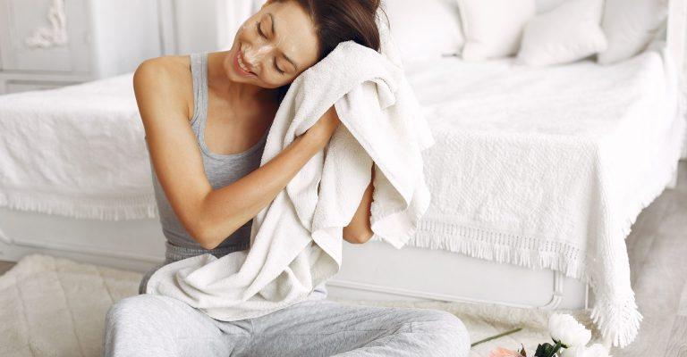 donna che si sta asciugando i capelli