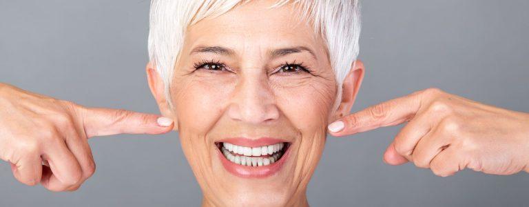 donna con capelli grigi corti che sorride