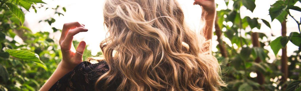donna di spalle con capelli biondi mossi